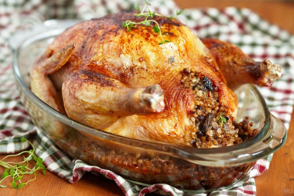 Labi nomazgātu un nosusinātu vistu piepilda ar sagatavoto ma...