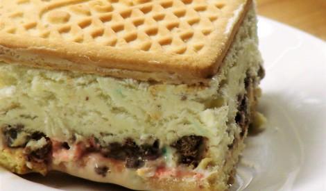 Putotais saldējums ar cepumiem, rozīnēm un marmelādi