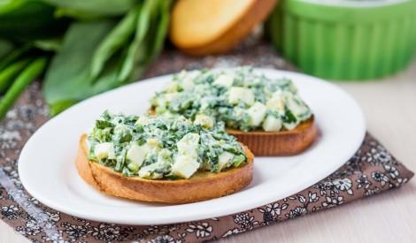 Grauzdēta maize ar olu - zaļumu salātiem