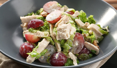 Īpašie vistas filejas salāti ar vīnogām