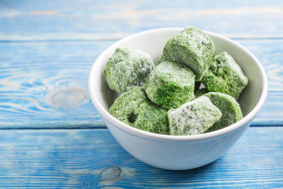 Spinātus pilda ledus saldēšanas traukā, liek saldētavā. Kad...