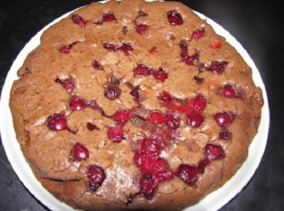 Pasniedzot apkaisa kūku ar pūdercukuru un bauda kopā ar sald...