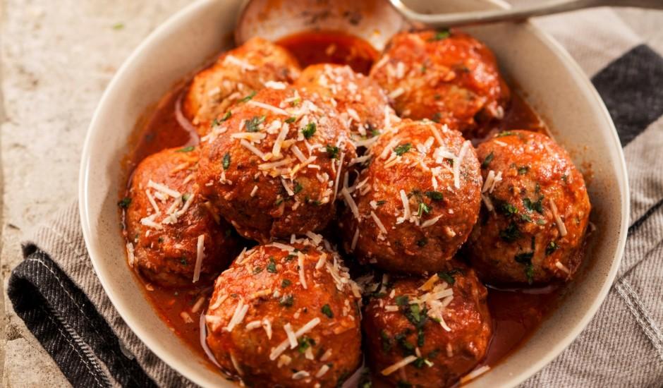 Maltās gaļas - pētersīļu bumbiņas ar tomātu mērci