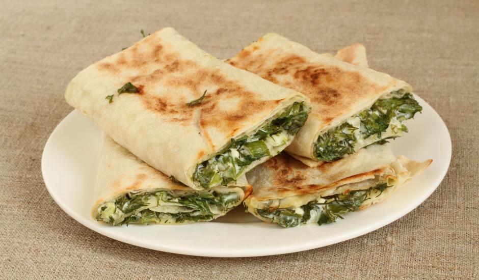 Cepts lavašs, pildīts ar zaļumiem un sieru