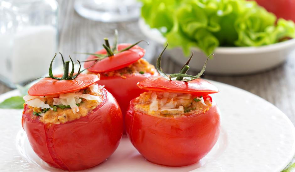 Grilēti tomāti ar zaļumiem un sieru