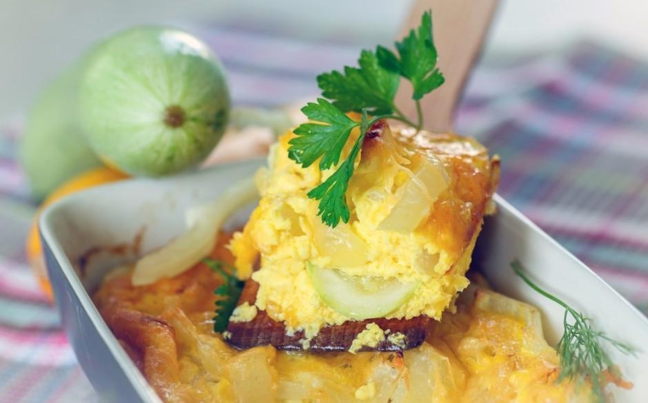 Omleti pasniedz rotātu ar zaļumiem. Kabaču vietā varētu izma...