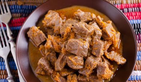 Tradicionāls cūkgaļas gulašs ar burkāniem bez miltiem