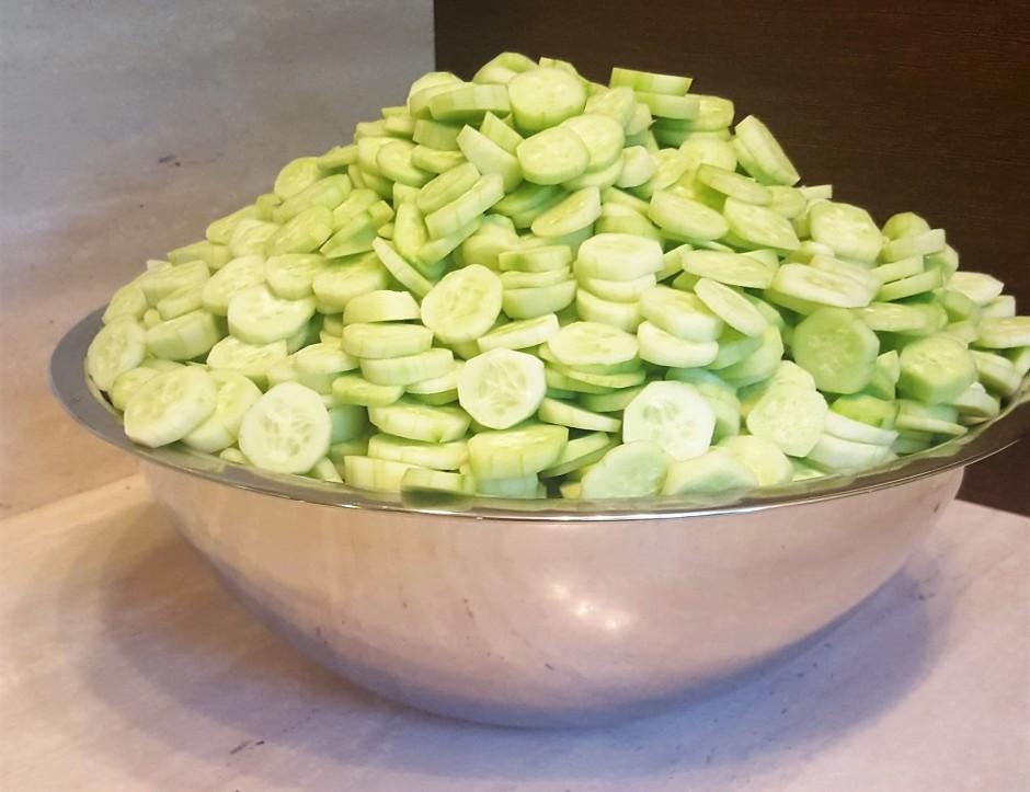Nomizotos gurķus sagriež šķēlītēs. Var izmantot arī dārzeņu...