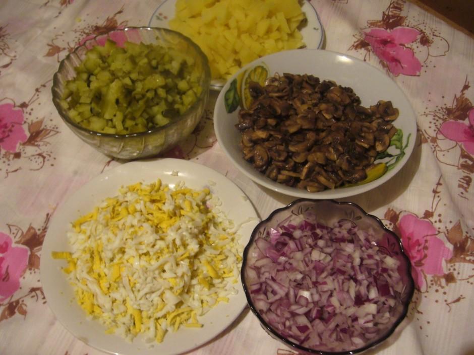 Sīpolus, marinētus gurķus, vārītus kartupeļus sagriež smalko...