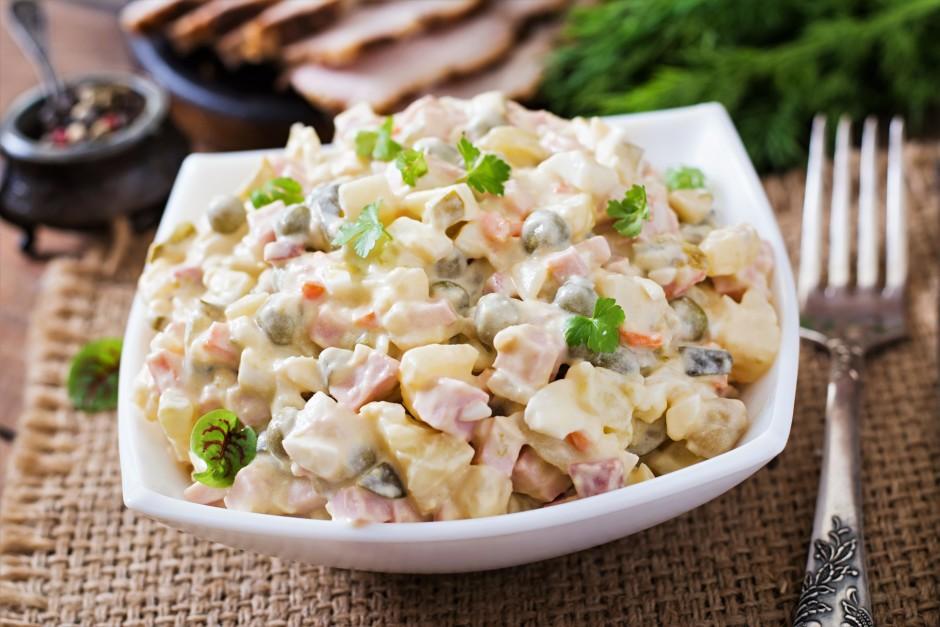Salātiem pievieno majonēzi uun skābo krējumu (1:1). Pieliek...