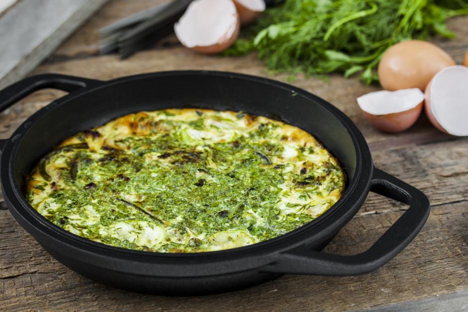 Saputo olas un pienu. Uzlej dārzeņiem. Omleti cep nelielā ka...