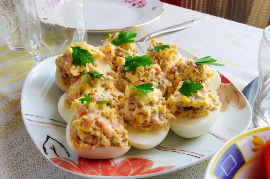 Sarīvē sieru un sagriež salami (vai šķiņķi). Samaisa ar olas...