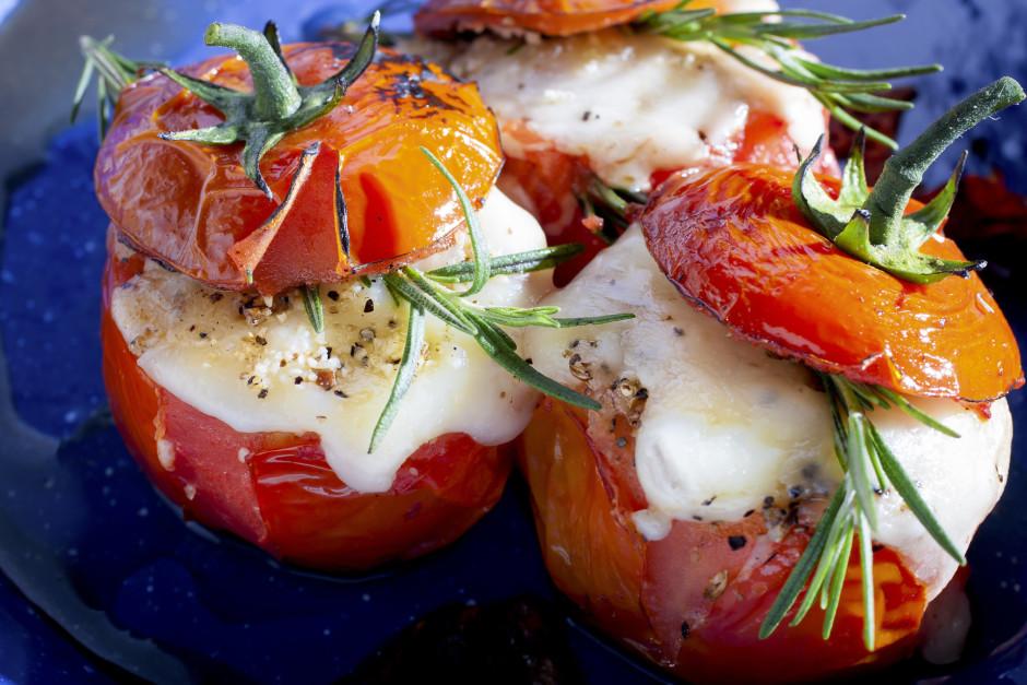 Liek cepeškrāsnī, lai siers izkūst un tomāts apcepas.  Lab...