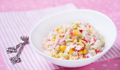 Garšīgie krabju nūjiņu salāti ar dārzeņiem