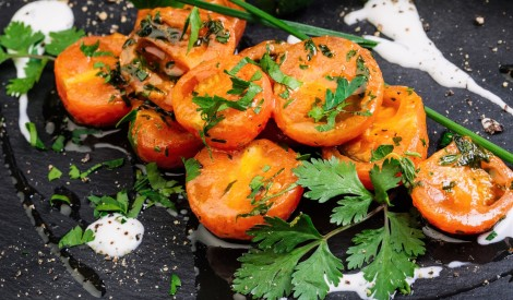 Siltu ķiršu tomātu salāti