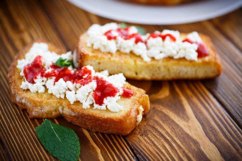 Uz apgrauzdētās maizītes liek biezpienu un biezpienam pāri p...