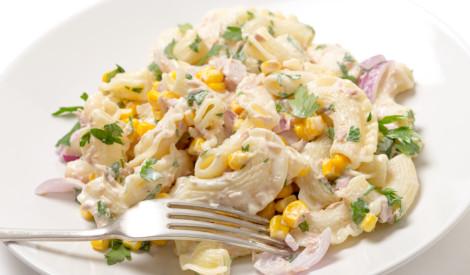 Makaronu un tunča salāti ar kukurūzu