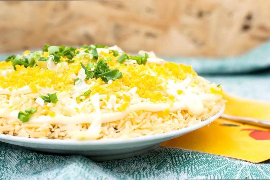 Pēdējā kārtā pārber ar rīvēto sieru, pārlej nedaudz ar majon...