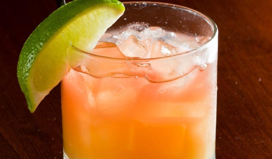 Dzērveņu degvīna kokteilis ar apelsīnu sulu