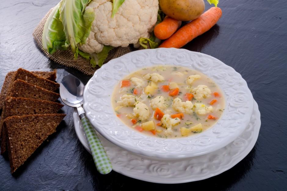 Zupu lej šķīvī, uzkaisa dilles un pasniedz ar grauzdētu tost...