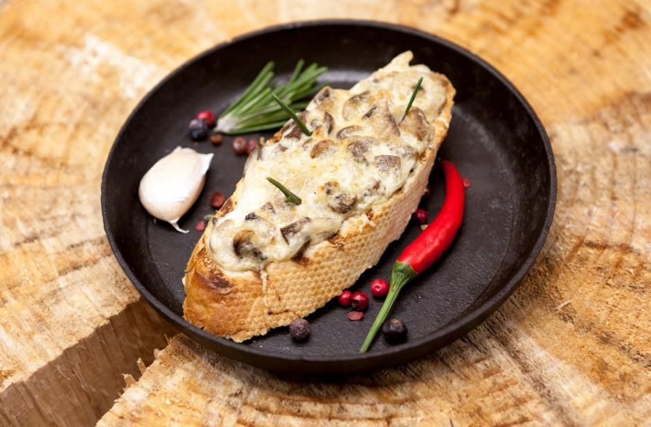 Maisījumu ziež uz maizes šķēlēm. Uzkaisa rīvēto sieru. Cep c...