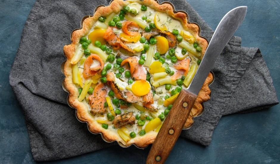 Pīrāgs ar kūpinātu lasi un dārzeņiem franču gaumē