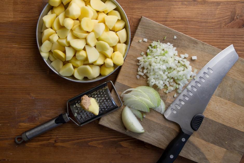 Kartupeļus nomizo un sagriež smalkāk. Sīpolu sagriež mazos k...