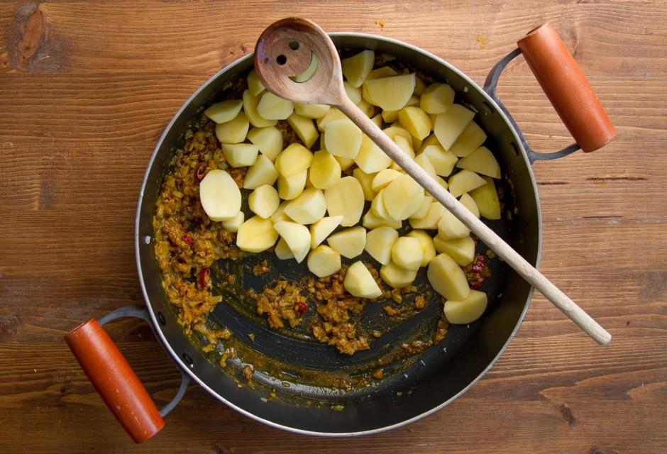 Pievieno kartupeļus, 1/2 glāzi ūdens un vāra 15 minūtes.