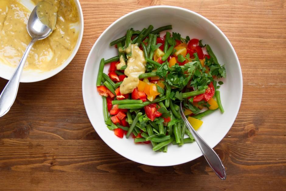 Dārzeņus pārliek salātu bļodā, pievieno sasmalcinātus pēters...