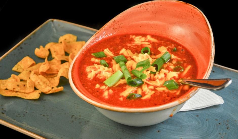 Pikantā tomātu zupa ar kukurūzu un sieru