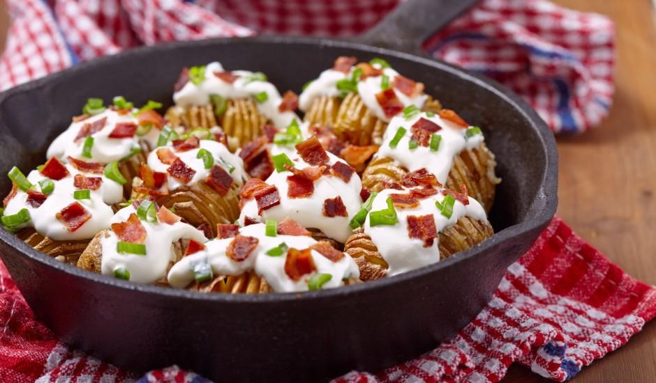 Sviestā cepti kartupeļi ar bekonu un krējumu