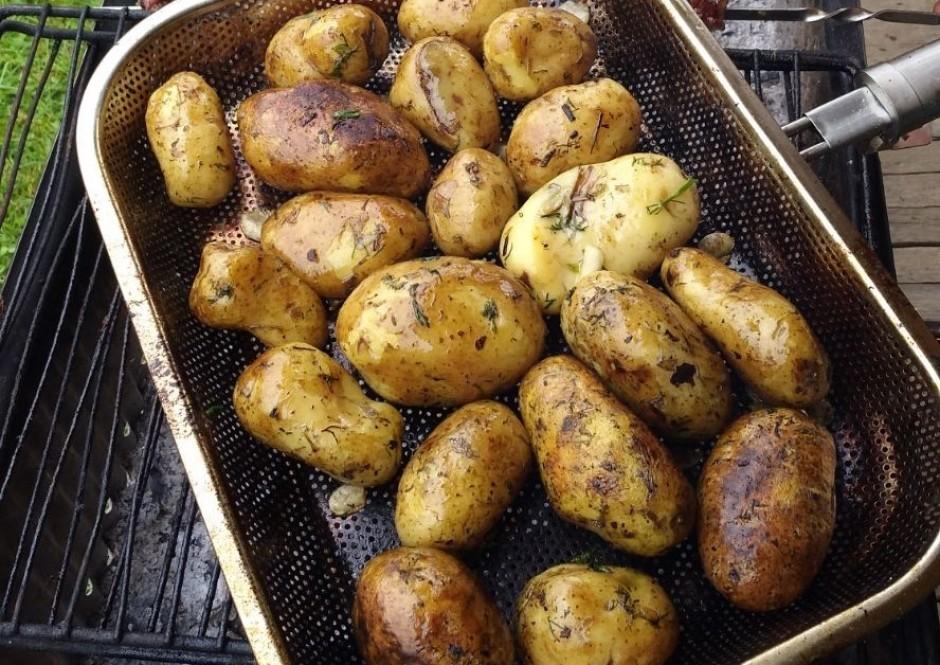Kartupeļies liek grilam paredzētā cepšanas pannā, liek uz gr...