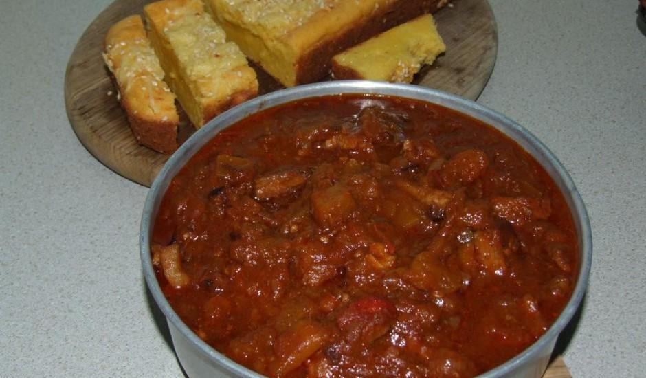 Gaļas, dārzeņu sautējums ar ķirbja maizi