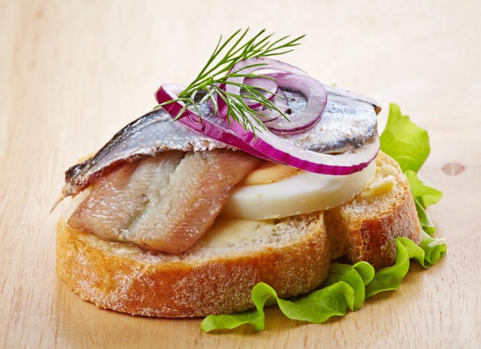 Baltmaizes riciņu nosmērē ar sviestu, virsū liek olu šķēlīte...