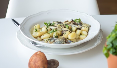 Baravikas saldā krējuma mērcē ar kartupeļu klimpām