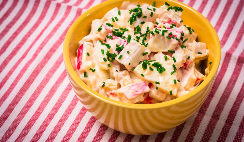 Saldskābie krabju salāti ar ābolu