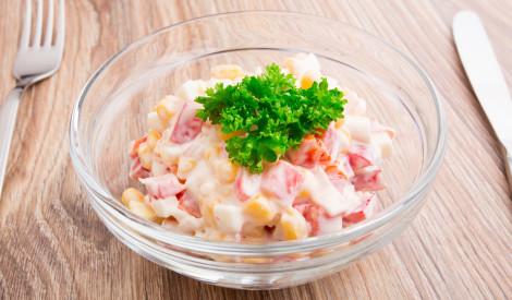Ātrie krabju salāti ar tomātiem