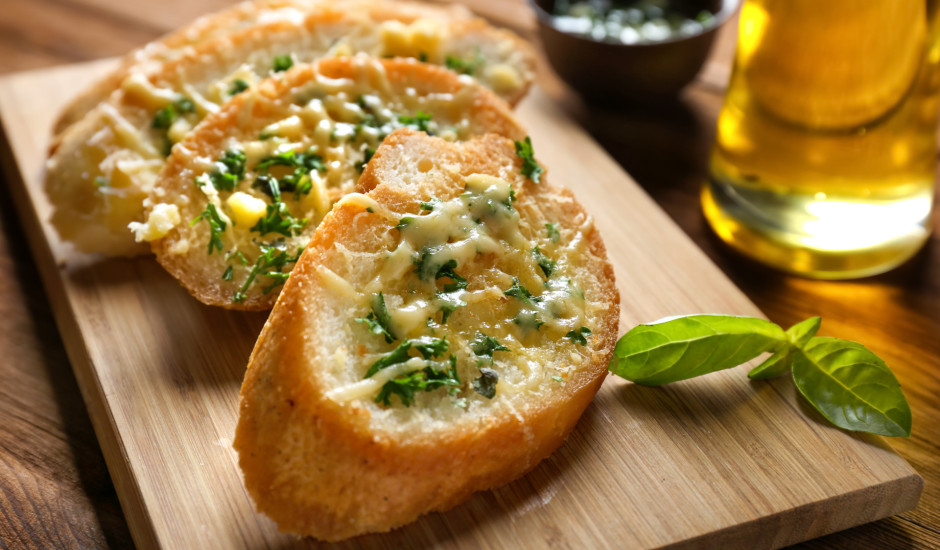 Ķiploku sviests ar baziliku un sieru