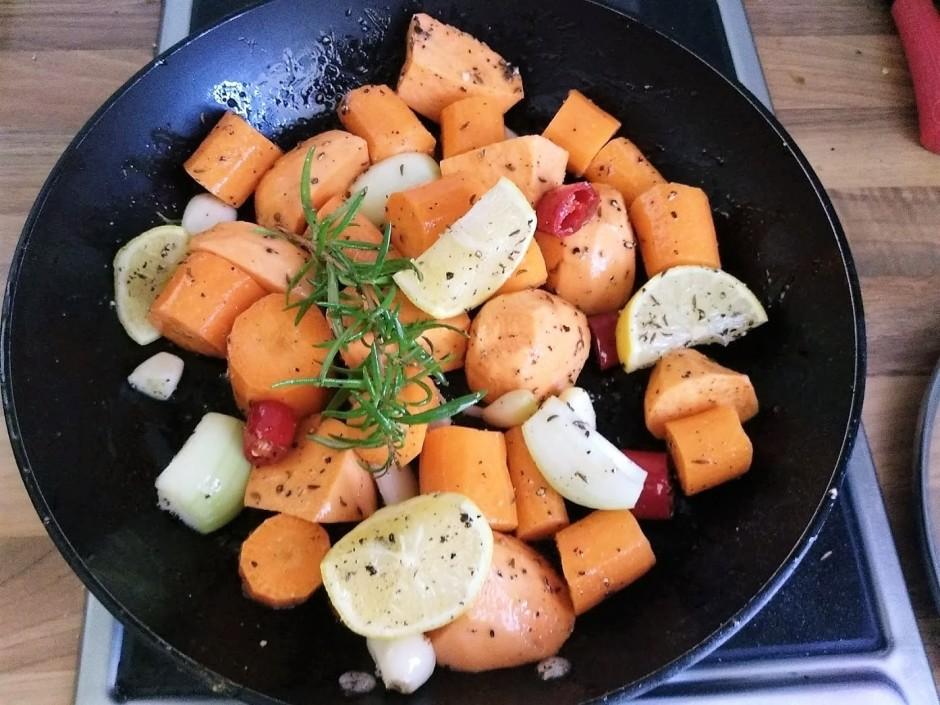 Burkānus, kartupeli, sīpolu, 1/2 citronu un čili sagriež vēl...