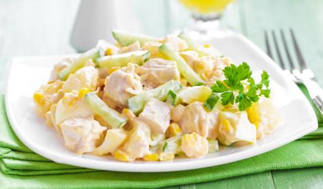 Vārītas vistas salāti ar kukurūzu un sieru