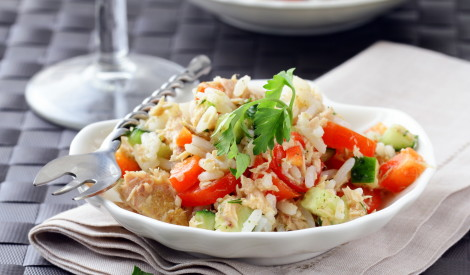 Tunča salāti ar rīsiem un dārzeņiem