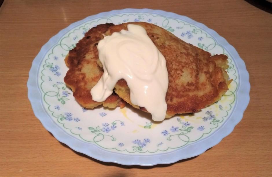 Uz pannas veido palielu kartupeļu pankūku, tad liek gaļas pi...