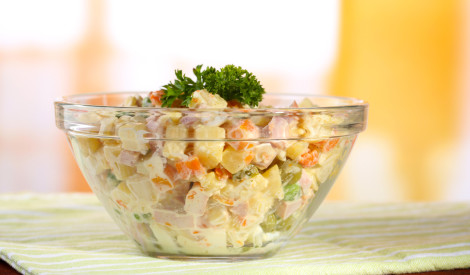 Kartupelu, zaļo zirnīšu un desas salāti