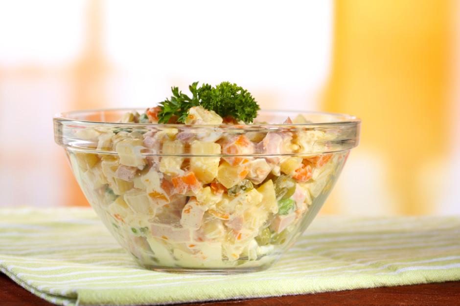 Pārlej ar majonēzi, pieber sāli un piparus. Visu samaisa....