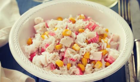 Vienkāršie krabju nūjiņu salāti