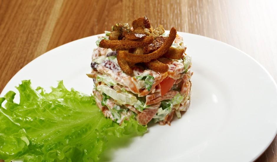 Pupiņu salāti ar žāvētu desu