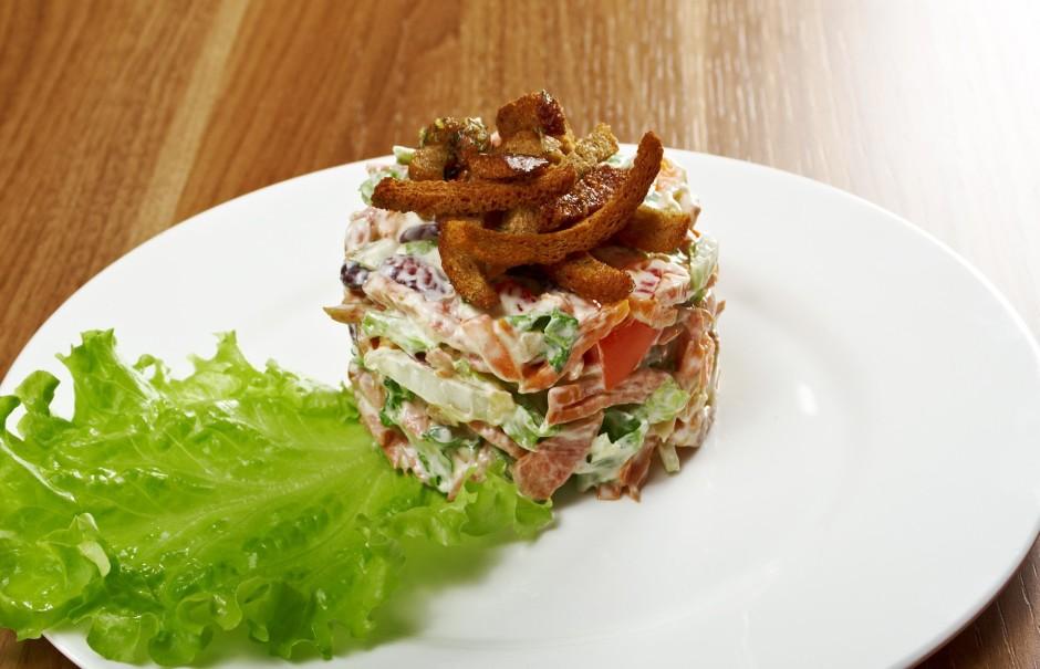 Sajauc salātus ar majonēzi, pievieno sāli un piparus. Pasni...