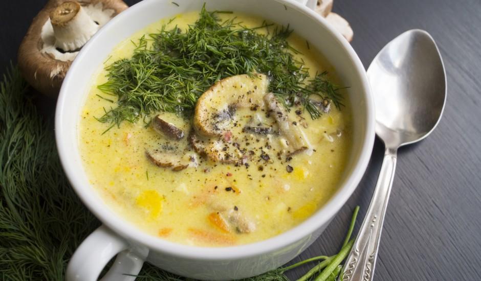 Cepto šampinjonu zupa ar kausēto sieru