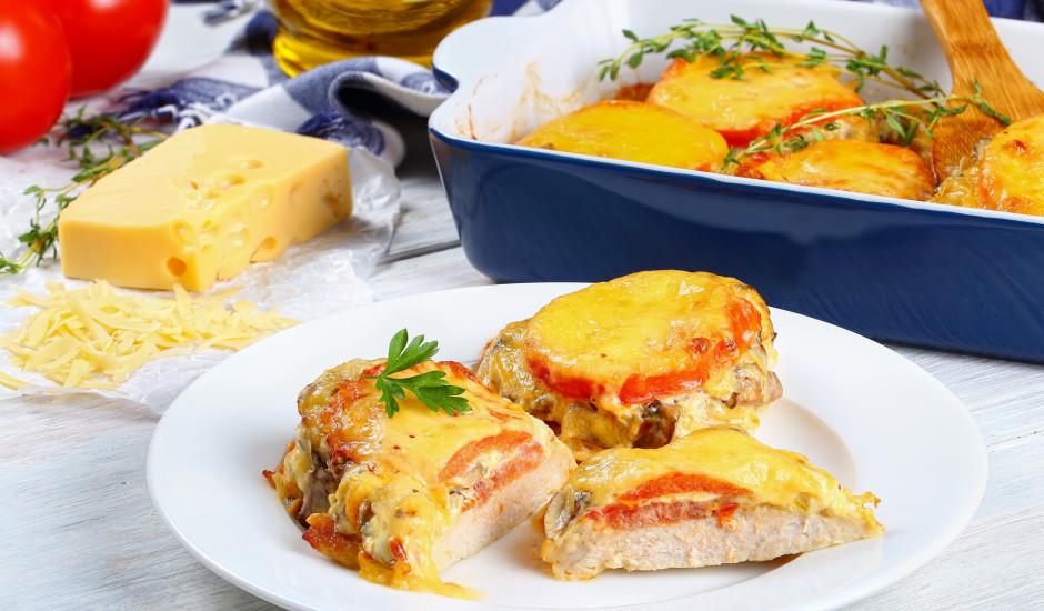 Cūkgaļas karbonāde ''kažokā'' ar tomātiem, sēnēm un sieru