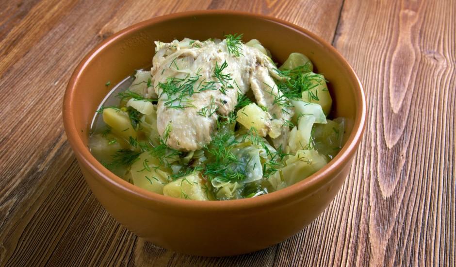 Kāpostu, kartupeļu un vistas sautējums